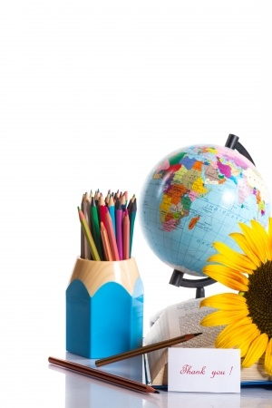 Globe with pencils and sunflowers21359304_s