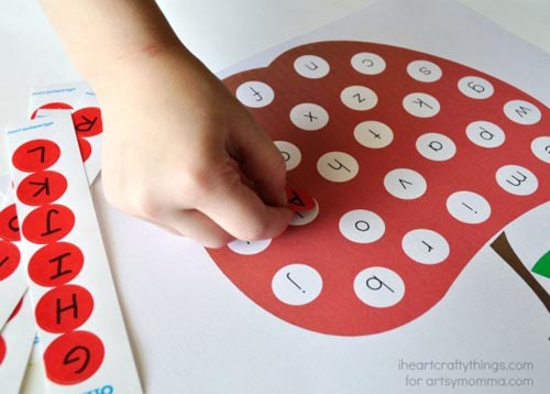 Apple Alphabet Matching (Photo from I Heart Craftsy Things for Artsy Mama)